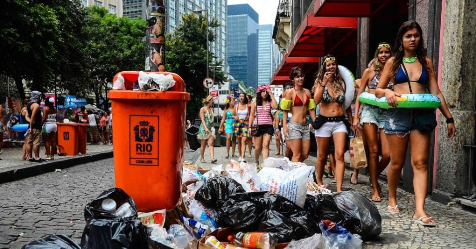 2.mar.2014 - O lixo se acumula pelas ruas da zona sul e de outras regiões do Rio de Janeiro durante o Carnaval em razão da greve dos garis da Comlurb. No último sábado (1º), a greve foi declarada ilegal pela Justiça do Trabalho