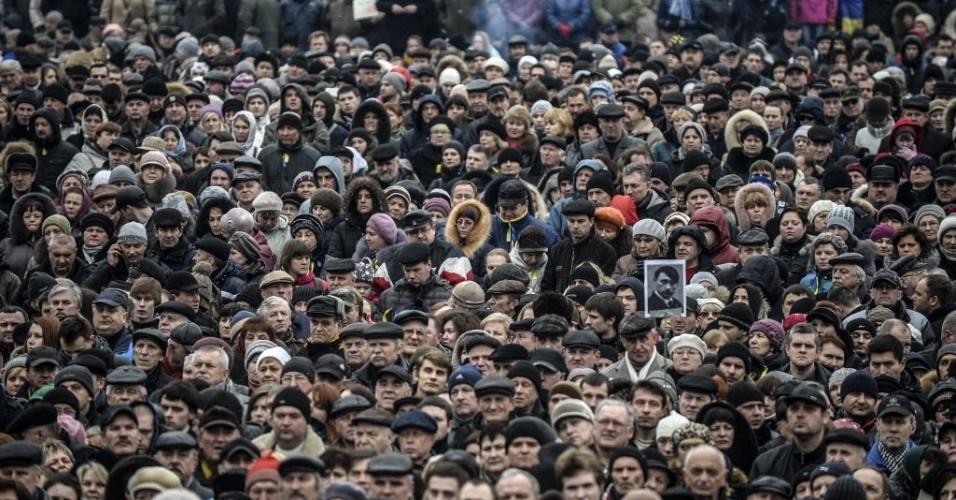 2.mar.2014 - Pessoas participam de um comício contra a Rússia na praça da Independência de Kiev, na Ucrânia, neste domingo (2). A Ucrânia estava se preparando para chamar todos os seus reservistas militares após ameaça do presidente da Rússia, Vladimir Putin, de invadir o país