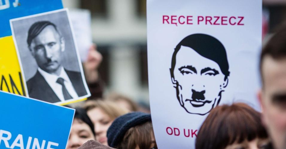 2.mar.2014 - Ucranianos e poloneses protestam em frente à embaixada da Rússia em Varsóvia. Manifestações contrárias a uma intervenção militar da Rússia na península ucraniana da Crimeia se espalharam por várias cidades da Europa neste final de semana