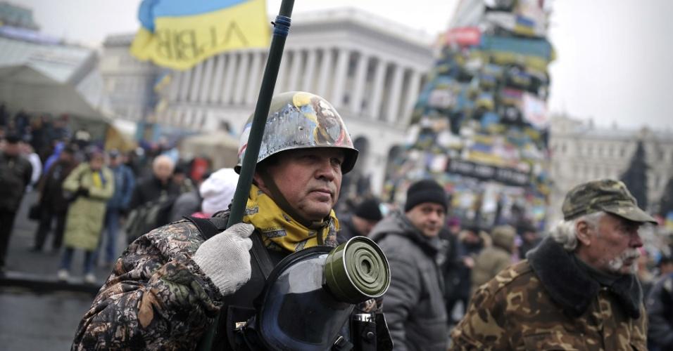 2.mar.2014 - Um membro da chamada unidade de autodefesa de Maidan se posiciona na praça da Independência na capital ucraniana, Kiev. A Ucrânia vem acusando a Rússia pelo envio de tropas que cercaram cidades litorâneas na península da Crimeia. O movimento de tropas na área aumentou a tensão entre os dois países e está sendo discutido pelo Conselho de Segurança da ONU e pelos membros da Otan (Organização do Tratado do Atlântico Norte)