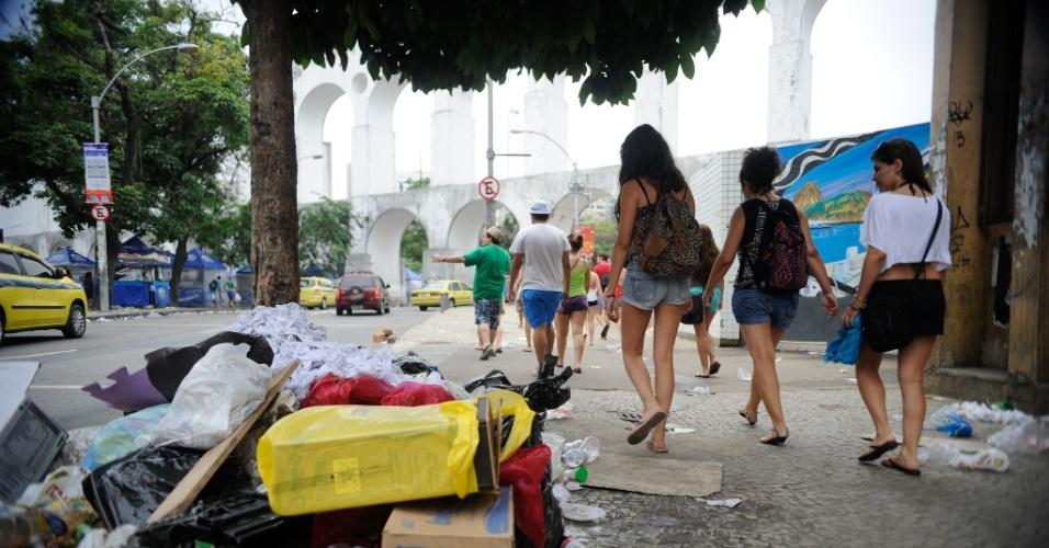 2.mar.2014 - A Lapa, região central do Rio de Janeiro, amanheceu coberta de lixo pelas ruas. A greve dos garis está causando o acúmulo de lixo nas principais vias da capital fluminense