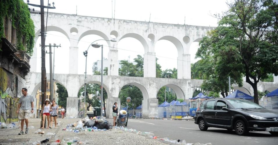2.mar.2014 - A Lapa, região central do Rio de Janeiro, amanheceu coberta de lixo pelas ruas. Os garis estão em greve por reivindicações salariais, mas a paralisação já foi considerada ilegal pela Justiça do Trabalho