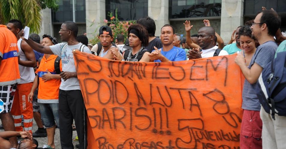 2.mar.2014 - Garis do Rio de Janeiro realizam um protesto em frente à prefeitura da cidade. Os garis estão em greve por reivindicações salariais, mas a paralisação já foi considerada ilegal pela Justiça do Trabalho. A greve está causando o acúmulo de lixo nas principais vias da capital fluminense