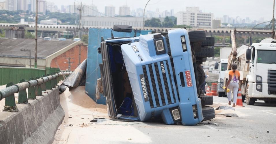 3.mar.2014 - Acidente envolvendo uma carreta que tombou em cima do viaduto da Avenida Mofarrej, sentido Marginal Pinheiros, na zona oeste da cidade de São Paulo, nesta segunda-feira. Não há informações sobre feridos
