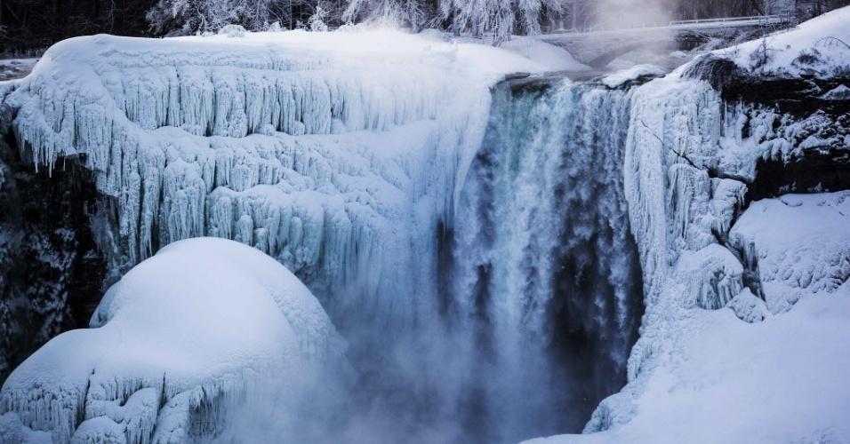 3.mar.2014 - As cataratas do Niágara ficaram parcialmente congeladas nesta segunda-feira (3) em Ontário, no Canadá