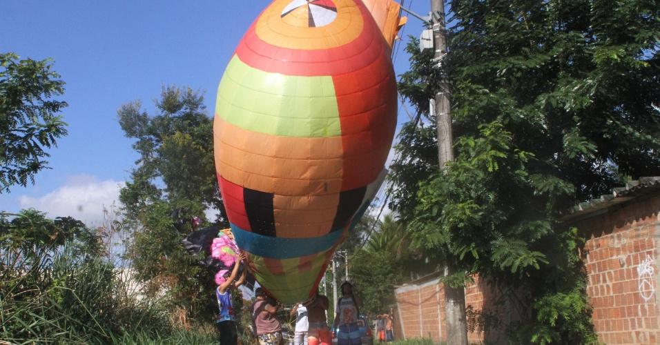 3.mar.2014 - Balão cai em rede elétrica na estrada do Cachamorra, na zona oeste do Rio de Janeiro, nesta segunda-feira (03).