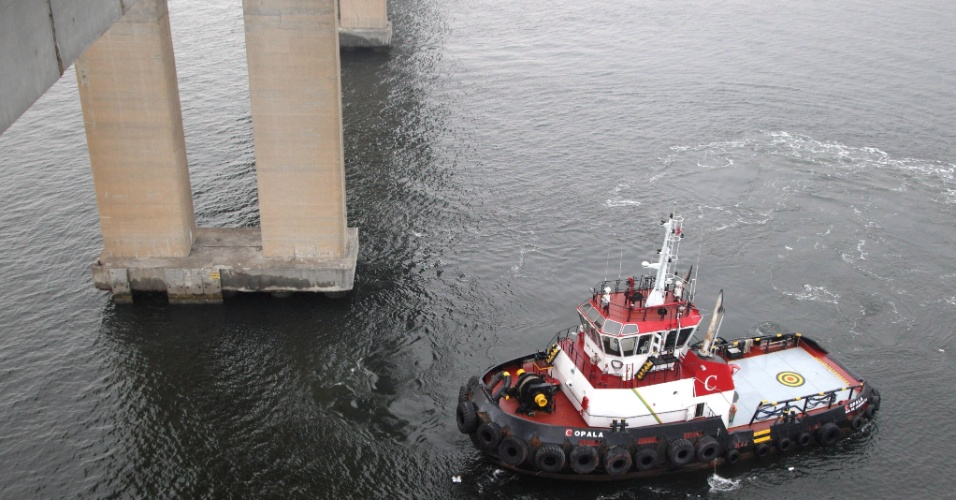3.mar.2014 - Barcos da Marinha do Brasil procuram indícios de automóvel que teria caido da ponte Rio-Niteroi, uma mulher teria sido resgatada momentos antes