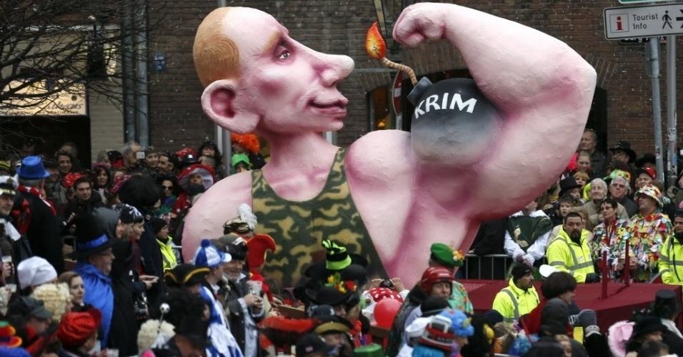 """3.mar.2014 - Carro alegórico com uma caricatura do presidente russo Vladimir Putin e a palavra """"Crimeia"""" escrita desfila em parada de Carnaval de Dusseldorf, na Alemanha"""
