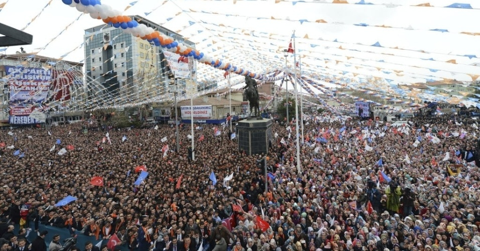 3.mar.2014 - Centenas de pessoas compareceram a um comício da campanha eleitoral do primeiro-ministro da Turquia, Recep Tayyip Erdogan, na cidade de Nigde. O país terá eleições em 30 de março