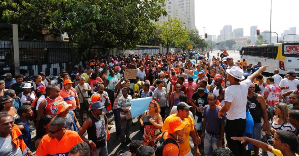 3.mar.2014 - Cerca de 200 garis se reuniram na frente da estação Central do Brasil, no centro do Rio de Janeiro, onde realizaram uma assembleia sobre a greve que realizam na cidade. Dos cerca de 15 mil garis da Comlurb (Companhia Municipal de Limpeza Urbana), aproximadamente 3.500 estão parados