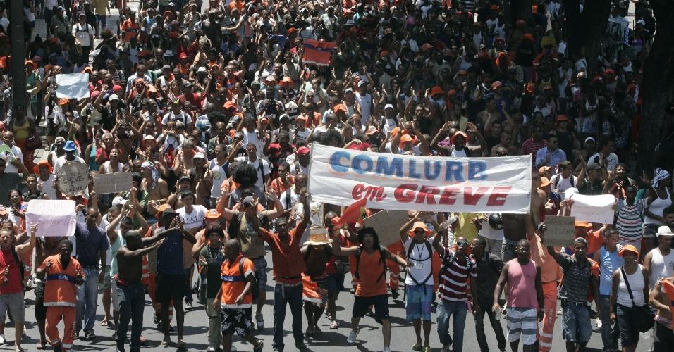 3.mar;2014 - Cerca de 600 garis fazem nova manifestação no Centro do Rio de Janeiro, nesta segunda de Carnaval (3)