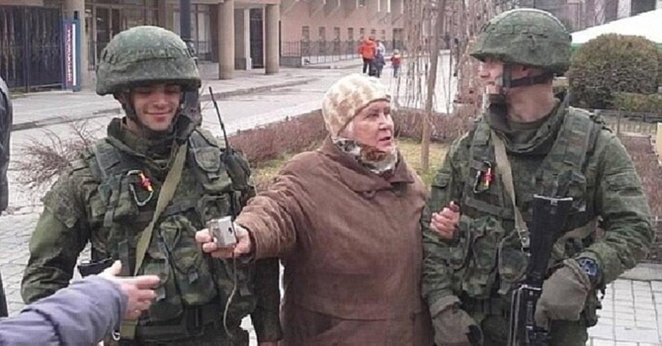 Moradores da Crimeia tiram retratos polêmicos perto de soldados ...