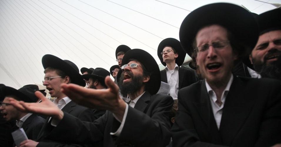 3.mar.2014 - Israelenses participam de protesto contra projeto de lei que prevê o alistamento militar obrigatório para judeus ultraortodoxos, em Jerusalém
