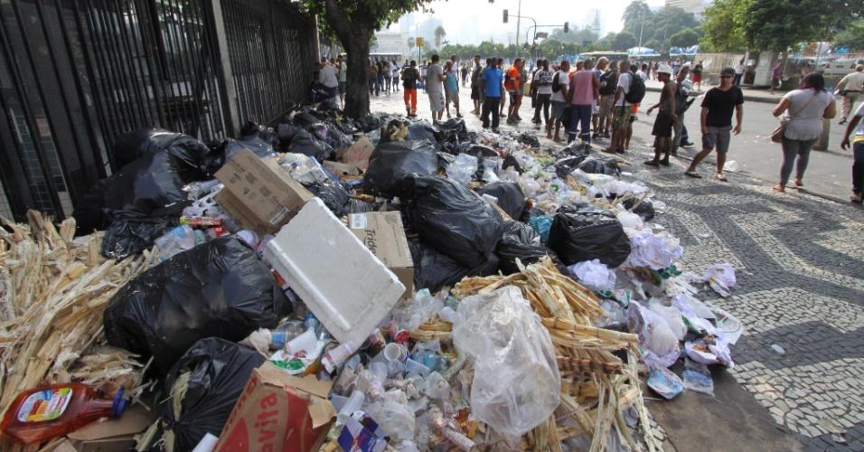 3.mar.2014 - Lixo espalhado pela região da Central do Brasil, no Rio de Janeiro, na manhã de segunda-feira do Carnaval. Mais de mil garis entraram em greve, e as ruas estão tomadas pelo lixo