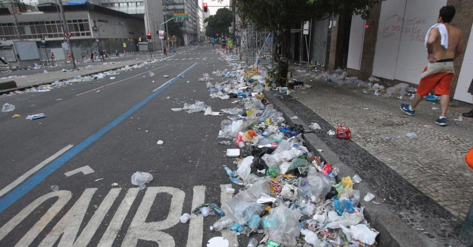 3.mar.2014 - Lixo espalhado pelas ruas do Rio de Janeiro, na manhã de segunda-feira do Carnaval. Mais de 1000 garis entraram em greve e as ruas estão tomadas pelo lixo.