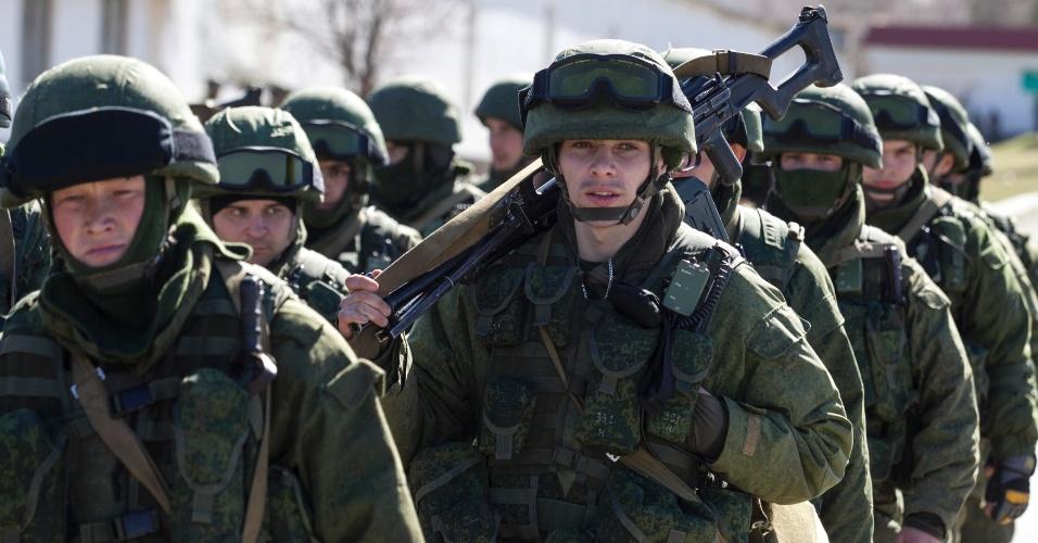 3.mar.2014 - Militares ligados à Rússia caminham em frente a unidade das Forças Armadas ucranianas em Perevalnoye, nos arredores de Simferopol, na região da Crimeia