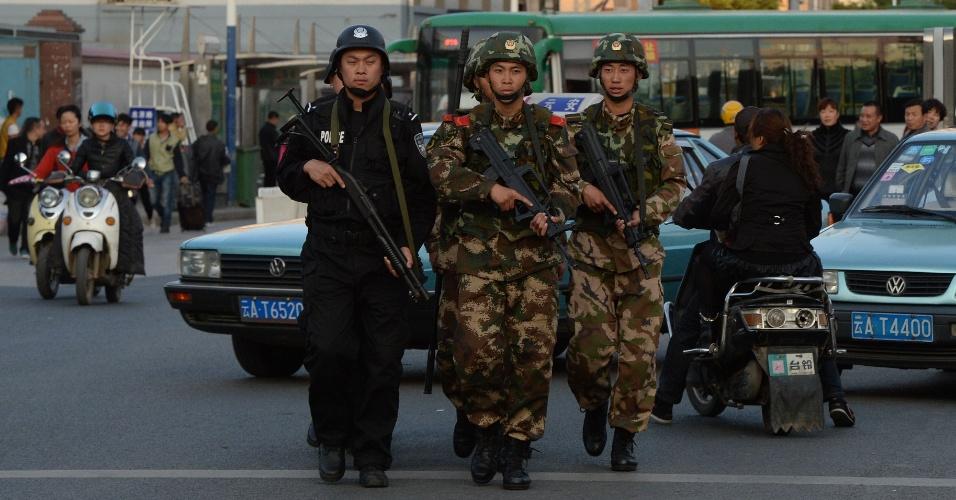 3.mar.2014 - Polícia militar chinesa patrulhar as ruas depois de um ataque na principal estação de trem em Kunming, província de Yunnan, nesta segunda-feira (3)