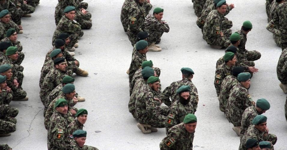 3.mar.2014 - Soldados afegãos aguardam cerimônia de graduação em Cabul, no Afeganistão, nesta segunda-feira (3). No final de 2014, as tropas estrangeiras vão deixar o país e a segurança e controle do local será feito pelas tropas afegãs