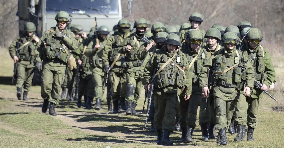 3.mar.2014 - Soldados russos bloqueiam área de Perevalne, perto de Simferopol, na região autônoma da Crimeia (Ucrânia)