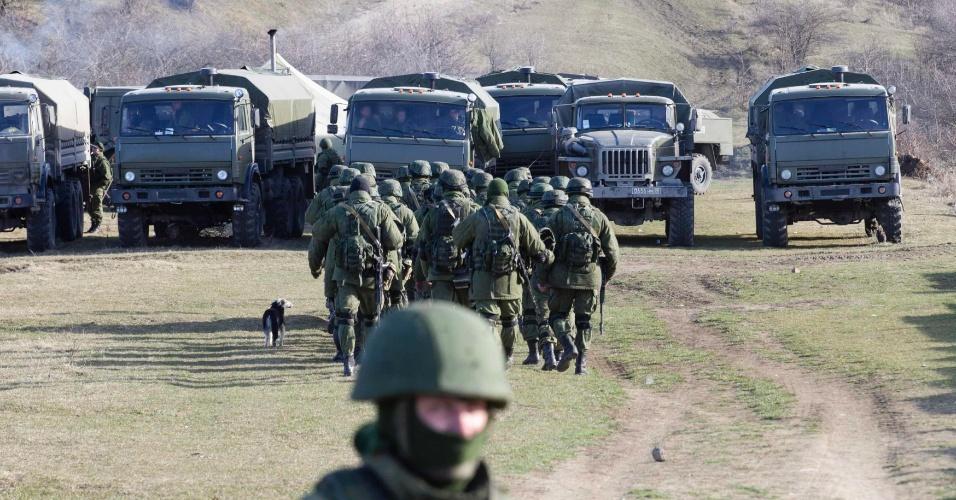 3.mar.2014 - Soldados russos montam guarda em unidade militar ucraniana na aldeia de Perevalnoye, nos arredores de Simferopol, na Crimeia, nesta segunda-feira (3). As forças russas já têm sob seu controle a região autônoma no sul da Ucrânia, segundo informaram no domingo (2) funcionários do governo norte-americano. Numa tentativa de buscar uma solução diplomática para a crise ucraniana, o secretário de Estado dos Estados Unidos, John Kerry, deve chegar em Kiev na próxima terça (4) para oferecer seu apoio aos novos líderes interinos