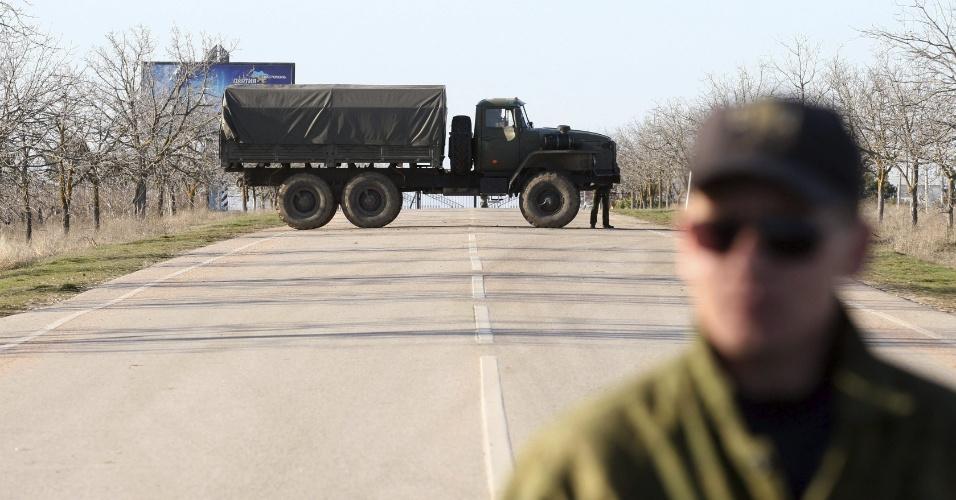 3.mar.2014 - Tropas que seriam da Rússia bloqueiam a entrada da Força Naval ucraniana em Sevastopol (Crimeia)