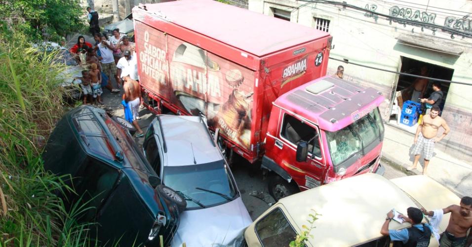 3.mar.2014 - Um caminhão de cerveja sem freio atingiu 15 carros e feriu uma menina no Morro do São Carlos, no centro do Rio de Janeiro