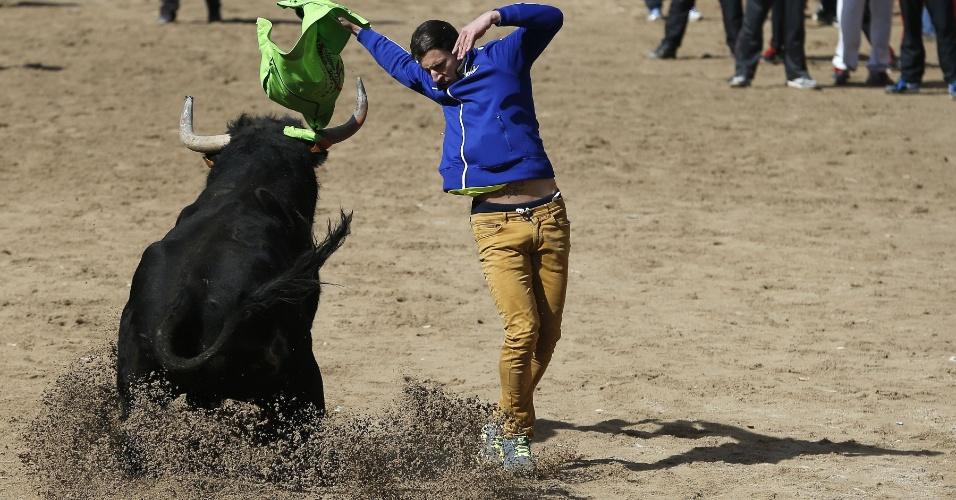"""3.mar.2014 - Um homem participa de uma corrida de touros do """"Carnaval del Toro"""" (Carnaval do Touro), na cidade de Rodrigo, perto de Salamanca, no noroeste da Espanha, nesta segunda-feira (3)"""