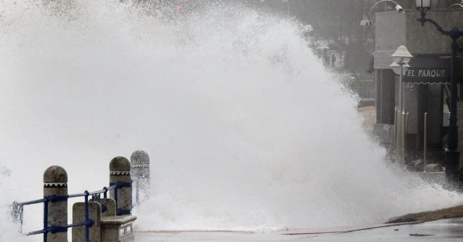3.mar.2014 - Um temporal agitou o mar e as ondas quebram na orla marítima de Santander, na Espanha. A comunidade local está em alerta vermelho para o perigo dos eventos nas áreas costeiras, que podem combinar ventos fortes e uma maré alta e forte