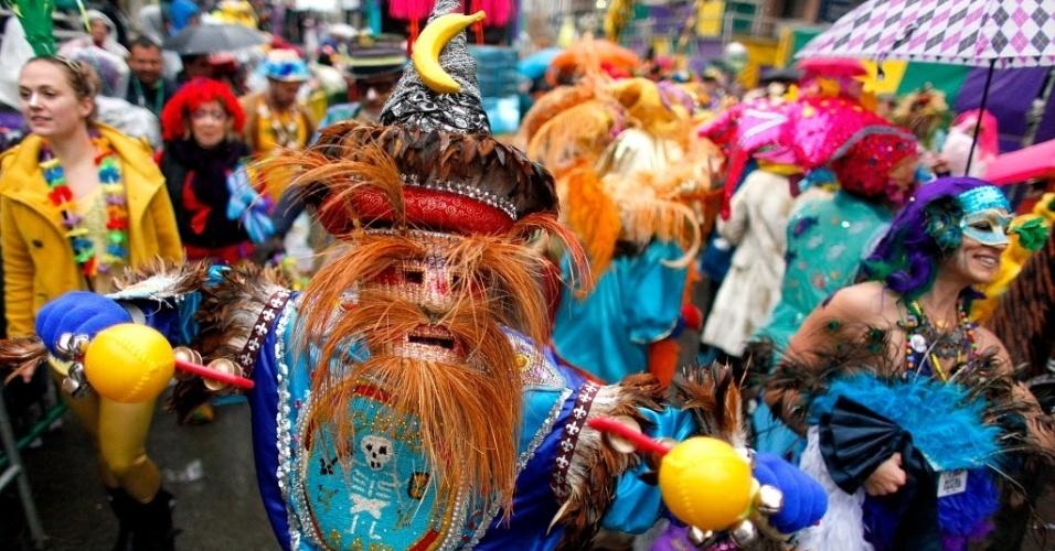 4.mar.2014 - Homens se fantasiam para pular carnaval na chuva nesta terça-feira (4), em New Orleans, Louisiana, nos Estados Unidos