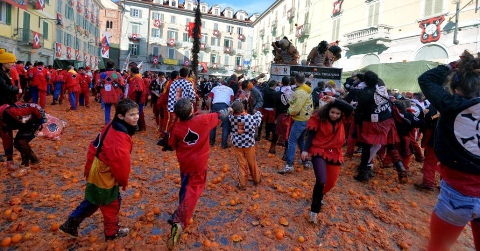 4.mar.2014 - Pessoas participam de batalha de laranjas, um evento tradicional realizado durante o carnaval em Ivrea, perto de Turim, na Itália, nesta terça-feira (4).