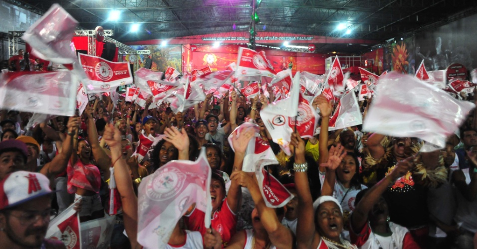 4.mar.2014 - Integrantes da escola de samba Mocidade Alegre, de São Paulo, comemoram o título de campeã do Grupo Especial deste Carnaval na quadra da agremiação, na zona norte da capital