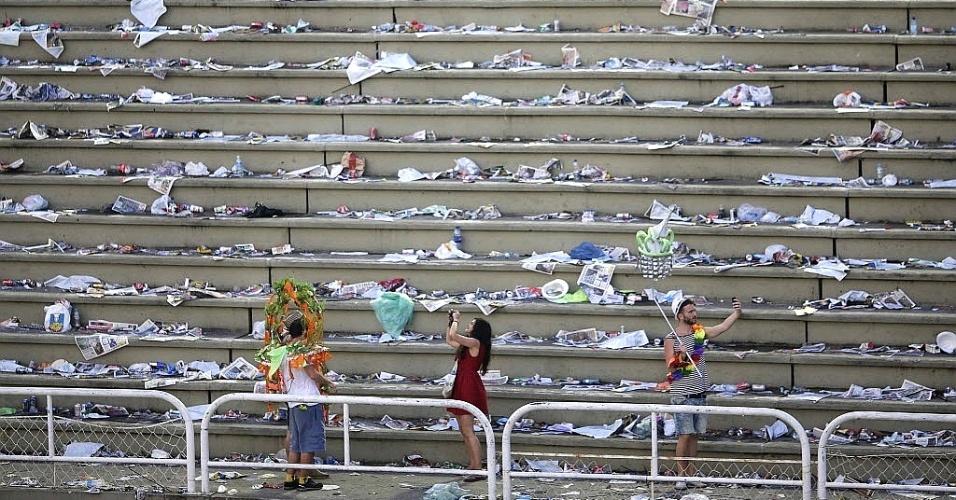 4.mar.2014 - Pessoas tiram fotos em arquibancada vazia na Marquês de Sapucaí, no Rio de Janeiro, após a segunda noite de desfiles das escolas de samba da cidade