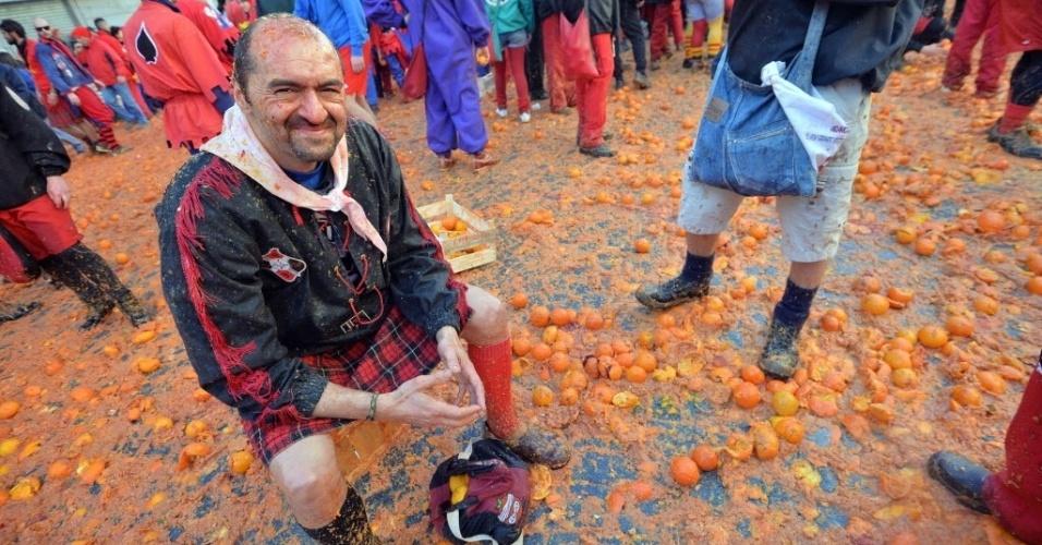 """4.mar.2014 - Um homem descansa durante a """"batalha das laranjas"""", evento tradicional realizado durante o carnaval em Ivrea, perto de Turim, na Itália, nesta terça-feira (4)"""