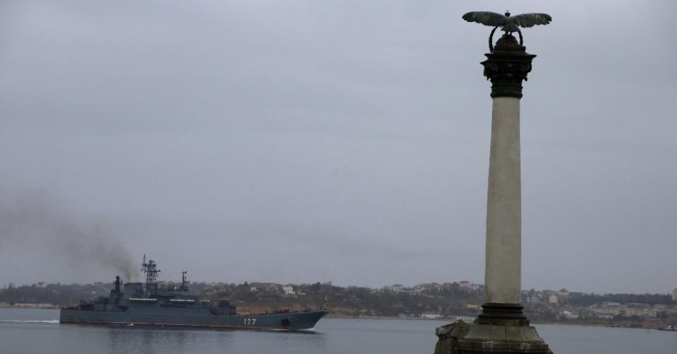 4.mar.2014 - Um navio russo navega no porto do mar Negro em Sebastopol, Crimeia, na Ucrânia, nesta terça-feira (4)