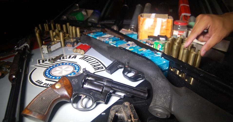 4.mar.2014 - Denúncia anônima de agressão a uma mulher e uma criança acabou levando policiais militares a descobrirem um verdadeiro arsenal na zona leste da cidade de São Paulo (SP) na terça-feira (4). Ao chegarem na residência da rua Magnólia, Parque Savoy City, os policiais convenceram o suspeito a se entregar e entraram na casa. No local, encontraram duas espingardas calibre 22, uma calibre 32, um revólver calibre 38, sete carregadores de espingardas, cinco silenciadores de fabricação caseira, um frasco de pólvora e cerca de 700 munições vários calibres. O suspeito foi autuado por porte ilegal de arma