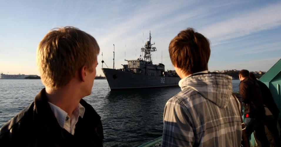 5.mar.2014 - Dois meninos observam o navio russo