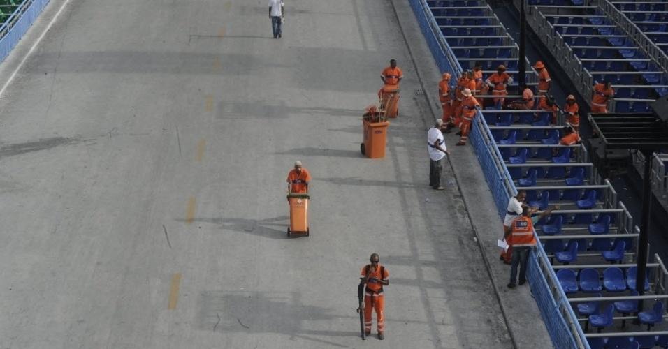 5.mar.2014 - Garis fazem a limpeza na Marquês de Sapucaí, no Rio de Janeiro, nesta quarta-feira (5). Mesmo com a paralisação parcial dos funcionários da Comlurb, companhia de limpeza urbana do Rio, o lixo foi retirado do local onde acontecem os desfiles de Carnaval