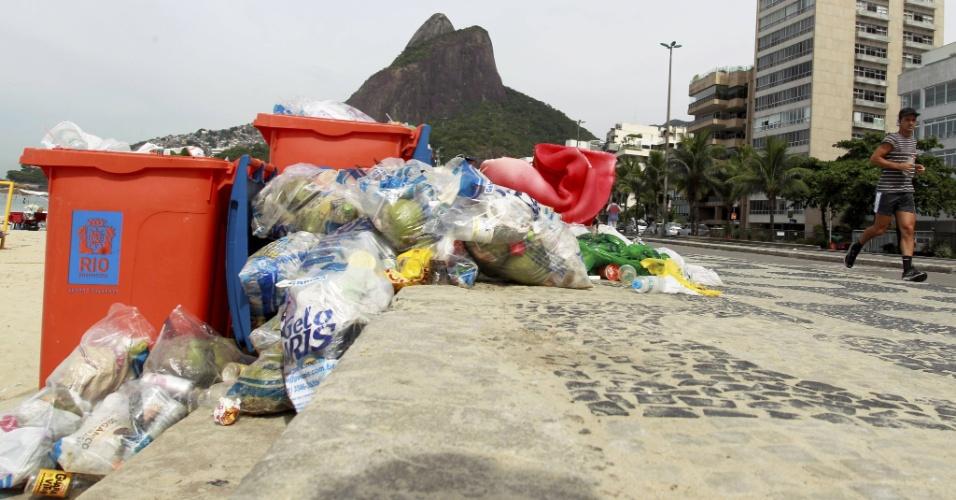 5.mar.2014 - O calçadão da praia de Ipanema, na zona sul do Rio de Janeiro, estava cheia de lixo na manhã desta quarta-feira (5). A greve dos garis começou no sábado (1º), provocando um acúmulo de lixo durante o Carnaval. Hoje, o problema continua em várias partes da cidade, inclusive no centro, onde o lixo deixado por foliões e ambulantes ocupa as calçadas e os cantos de algumas avenidas. Em bairros onde houve grande concentração de foliões, como Ipanema, Glória e Lapa, o mau cheiro e os resíduos deixados continuam no local