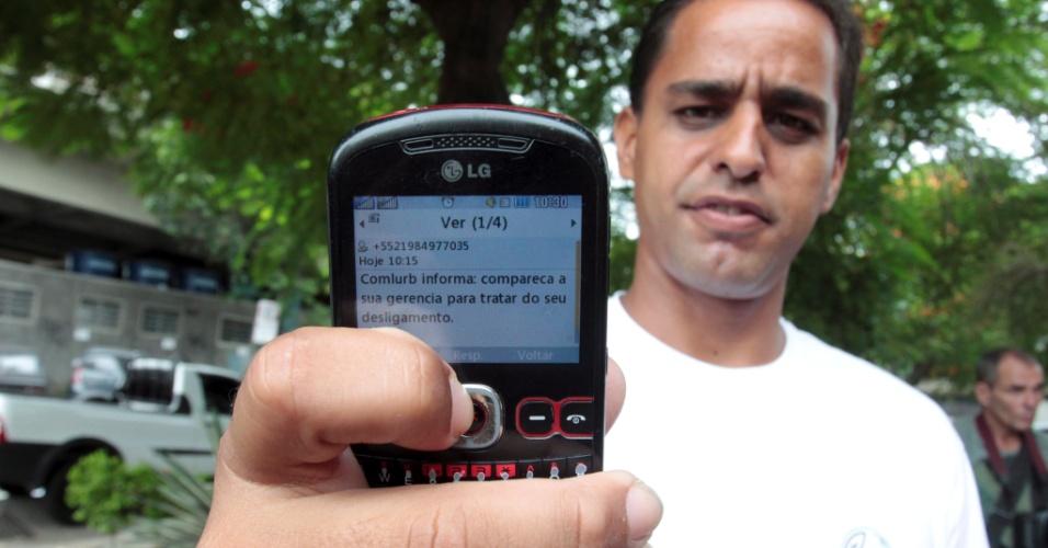5.mar.2014 - Rogério Pereira Coutinho que era funcionário da Companhia Municipal de Limpeza Pública do Rio, ficou sabendo da demissão por uma mensagem de celular. A  empresa decidiu demitir cerca de 300 garis que não voltaram ao trabalho, mesmo depois de fechado um acordo para por fim à greve, iniciada na sexta-feira (28)