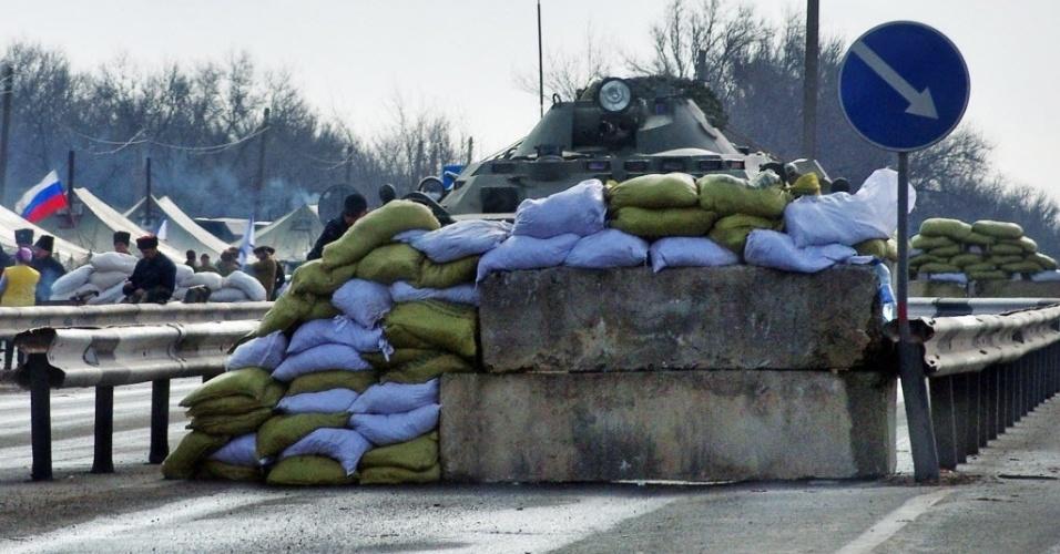 5.mar.2014 - Tanque militar da Rússia é visto em área de verificação criada por tropas russas em estrada próxima a cidade ucraniana de Armyansk na península da Crimeia. Forças russas assumiram o controle parcial de uma base de lançamento de mísseis em Evpatoria, oeste da Crimeia, região autônoma da Ucrânia cuja maioria é alinhada à Rússia