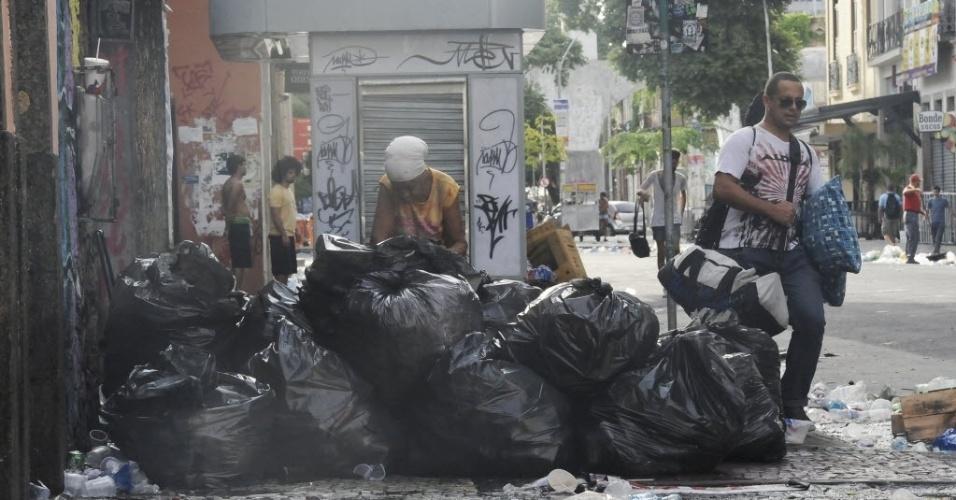 5.mar.2014- Lixo fica acumulado na Lapa, no centro do Rio de Janeiro, nesta quarta-feira (5). A Companhia Municipal de Limpeza Pública do Rio diz que vai demitir cerca de 300 garis que não voltaram ao trabalho, mesmo depois de fechado um acordo para por fim à greve, iniciada na sexta-feira (28)