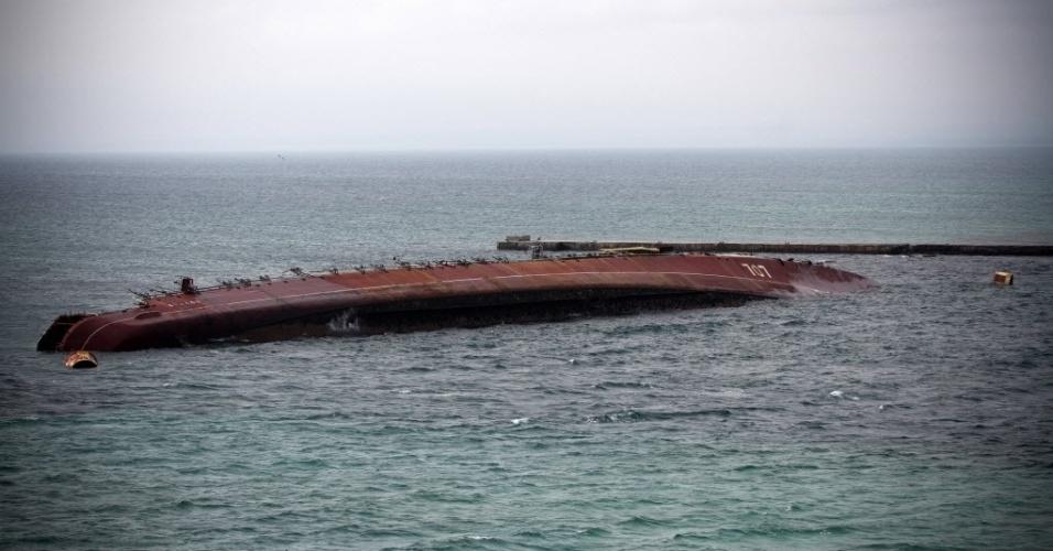 6.mar.2014 - As forças russas afundaram um navio obsoleto de sua Frota no mar Negro na entrada de uma das bases ucranianas de Sebastopol, na Crimeia, Ucrânia, para impedir a saída de navios ucranianos, segundo denuncia do Ministério da Defesa deste país. A embarcação anti-submarino