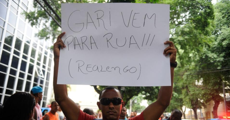 6.mar.2014 - Gari segura cartaz chamando a categoria para protestar durante passeada por via no centro do Rio de Janeiro, nesta quinta-feira (6). Em greve desde o último sábado (1º), cerca de 500 garis decidiram, em assembleiana frente da Comlurb (Companhia Municipal de Limpeza Urbana), manter a paralisação