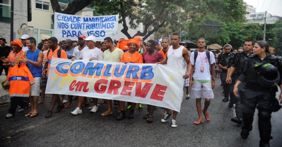 6.mar.2014 - Garis caminham por via no centro do Rio de Janeiro, nesta quinta-feira (6). Em greve desde o último sábado (1º), cerca de 500 garis decidiram, em assembleiana frente da Comlurb (Companhia Municipal de Limpeza Urbana), manter a paralisação