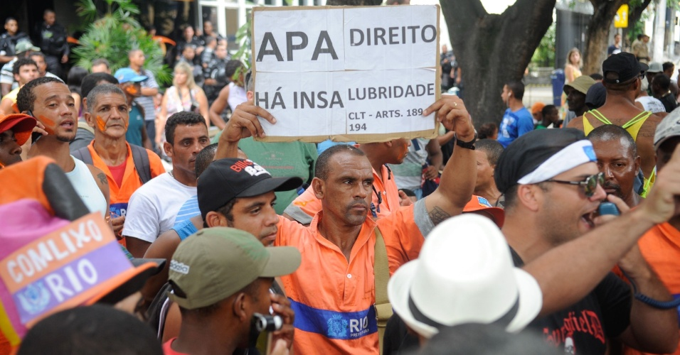 5.mar.2014 - Garis que estão em greve por melhores condições de trabalho organizaram um protesto nesta quarta-feira (5) em frente à sede da Comlurb (Companhia Municipal de Limpeza Urbana), na zona norte do Rio