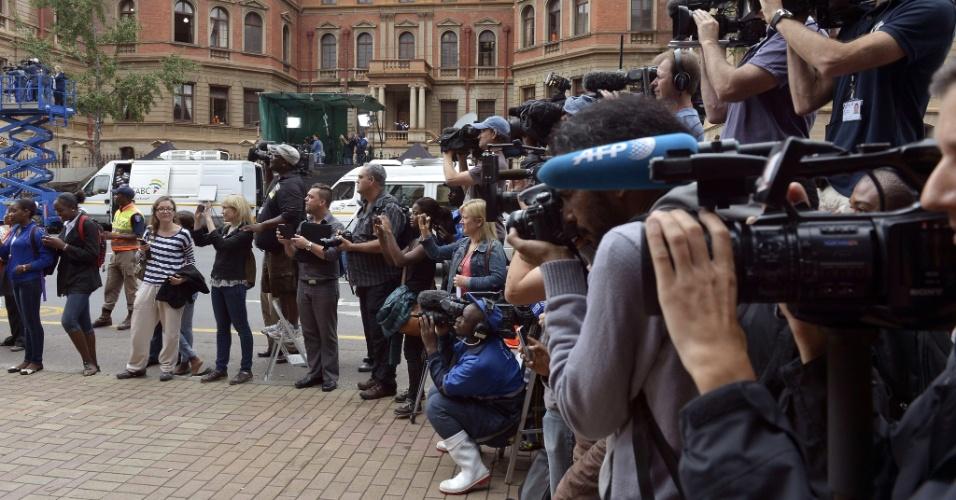 6.mar.2014 - Jornalistas esperam a chegada do atleta paraolímpico sul-africano Oscar Pistorius ao Tribunal Superior de Pretória, nesta quinta-feira (6), 4º dia de julgamento do atleta. Pistorius, 27, responde a acusações de ter atirado intencionalmente em sua namorada, Reeva Steenkamp, em 2013. Ele alega que os tiros atingiram Steenkamp acidentalmente, pensando ser um invasor na casa onde vivia o casal