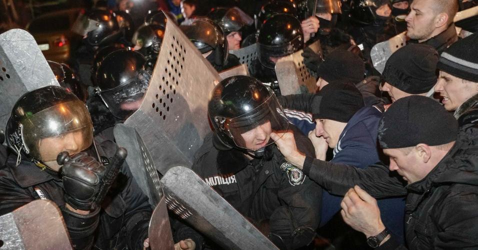 6.mar.2014 - Manifestantes pro-Rússia entram em confronto com policiais durante protesto na cidade ucraniana de Donetsk, nesta quinta-feira (6). O Parlamento de Crimeia votou pela união da região à Rússia e aprovou a realização de um referendo, que será realizado em dez dias, sobre a decisão, em mais um episódio da crise sobre a península ucraniana do mar Negro