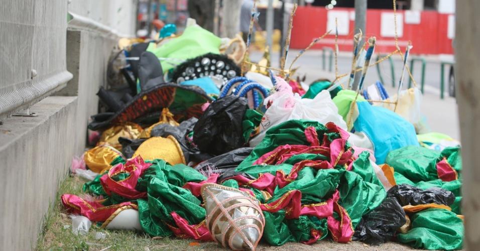6.mar.2014 - Pilhas de lixo e restos de fantasias são deixados pelas ruas de Madureira, Zona Norte do Rio de Janeiro, nesta quinta-feira (06), até carros alegóricos foram abandonados