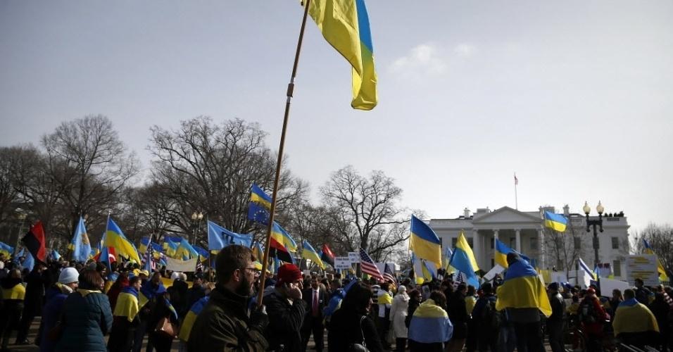 6.mar.2014- Manifestantes pedem que os Estados Unidos tomem medidas contra as recentes ações da Rússia na Ucrânia, em protesto na frente da Casa Branca, em Washington, nesta quinta-feira (6)