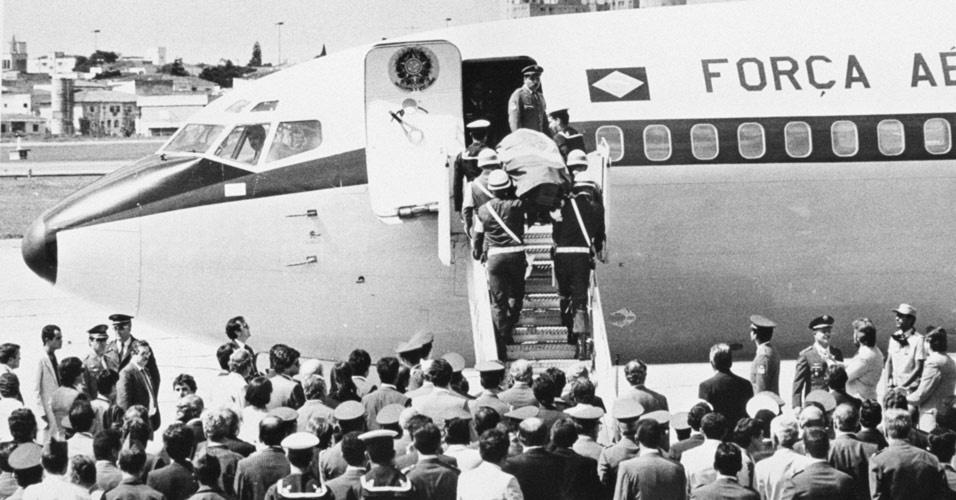 Caixão com o corpo do presidente Tancredo Neves, coberto pela bandeira brasileira, entra no avião com destino a Brasília, em 1985. Tancredo Neves morreu e não subiu ao governo